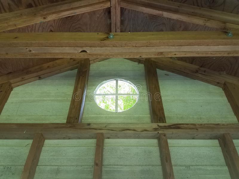 Inre av wood byggnad med träbräden eller dubbar och runt fönster royaltyfria foton