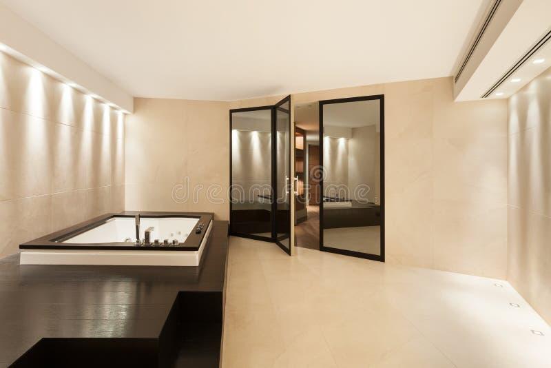 Inre badrum med bubbelpoolen fotografering för bildbyråer
