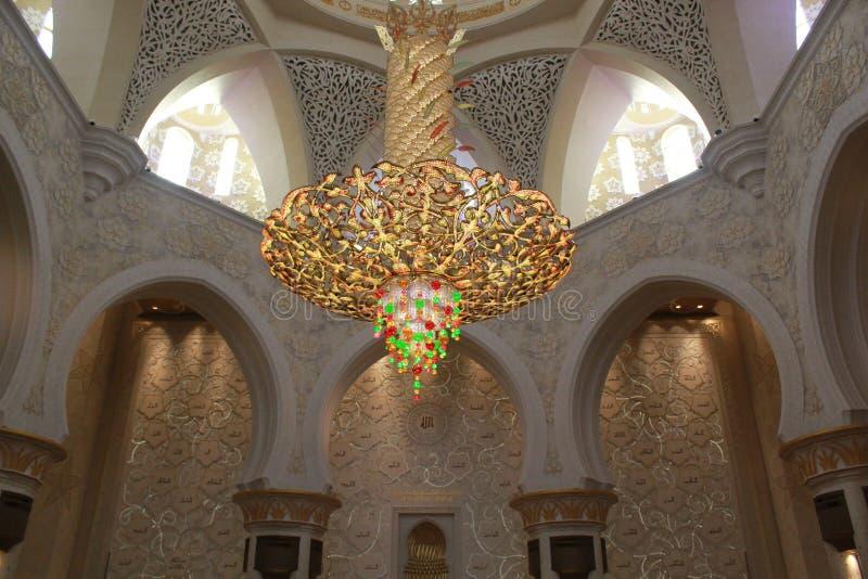 INRE BELYSNINGSUTRUSTNING inom den största moskén av UAE, STORSLAGEN MOSKÉ för SCHEJK som ZAYED lokaliseras i ABU DHABI royaltyfri bild