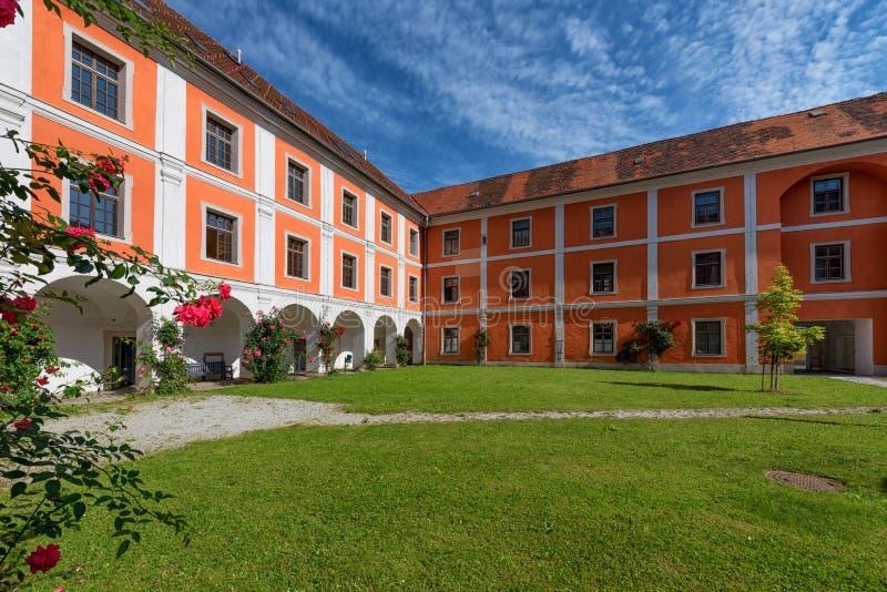 Inre borggård av jesuitkloster i Judenburg, Österrike arkivbilder
