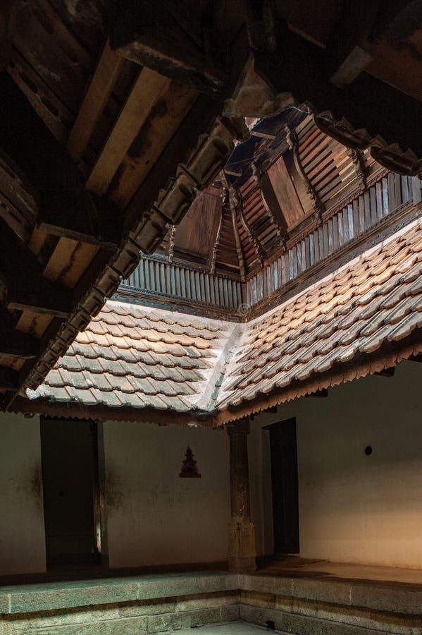 Inre borggård; kallad 'Nalukettu'; arvarkitektur--Padmanabhapuram royaltyfri fotografi