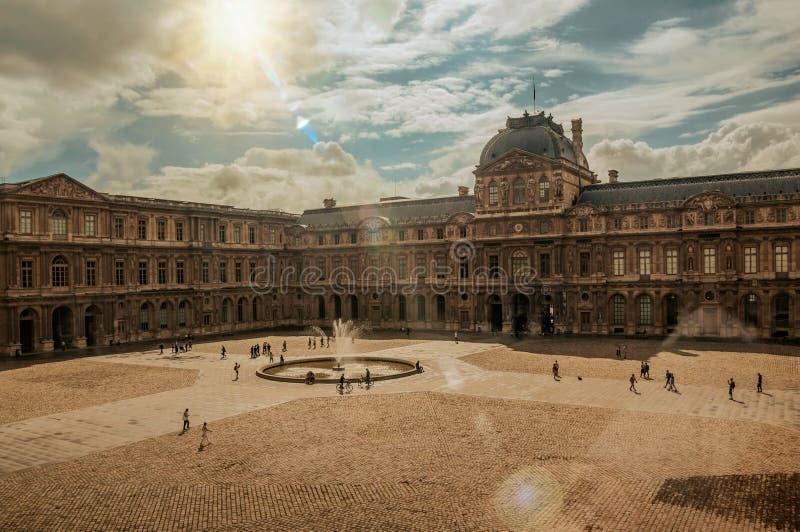 Inre borggård med solen på Louvremuseet i Paris fotografering för bildbyråer