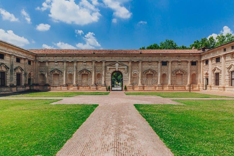 Inre borggård och ingång av Te Palace, i Mantua, Italien royaltyfri fotografi