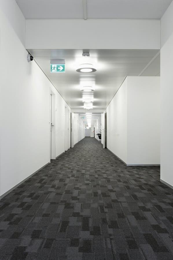 Inre byggnad, korridor arkivbild