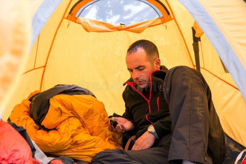 Inre campa tält för klättrare genom att använda grejen arkivbilder