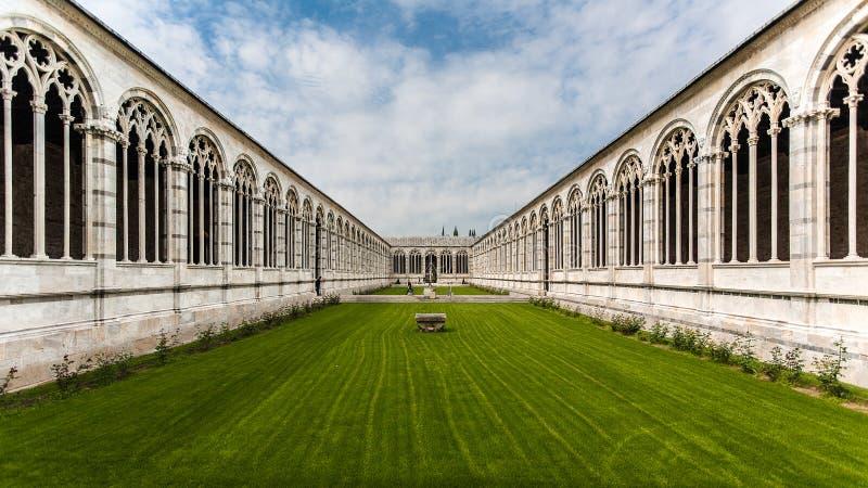 Inre camposantosikt nära det Pisa tornet royaltyfri foto