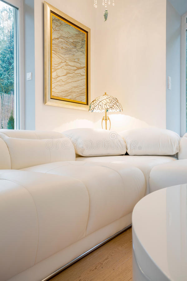 Inre crystal inre för väl till mods vit soffa arkivfoto