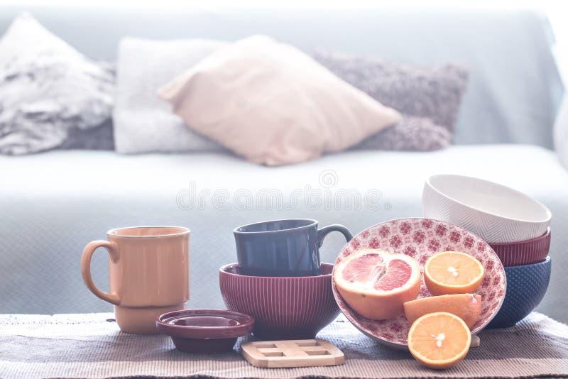 Inre dekor f?r stilleben med hem- redskap p? en tr?tabell royaltyfria bilder