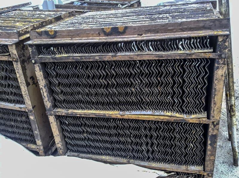 Inre delar av slutavdelaren av rörfaserna Stålplattor för bättre avskiljande av vatten-olja emulsion arkivbild