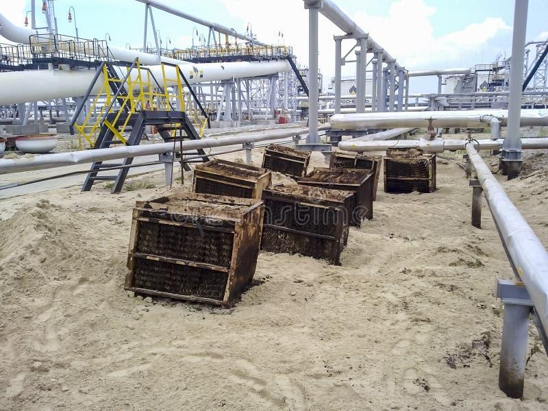 Inre delar av slutavdelaren av rörfaserna Stålplattor för bättre avskiljande av vatten-olja emulsion royaltyfria bilder