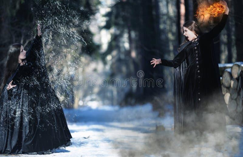 Inre demoner Kamp av två häxor royaltyfri fotografi