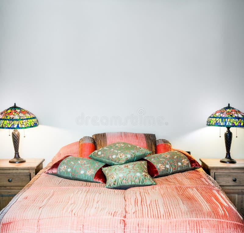 Inre detalj för härligt sovrum arkivfoton