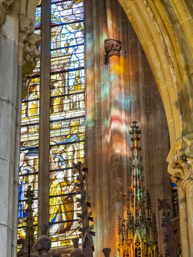 Inre detalj från domkyrka för St Paul ` s i Liege, Belgien, målat glassfönster och solljusreflexioner royaltyfri fotografi