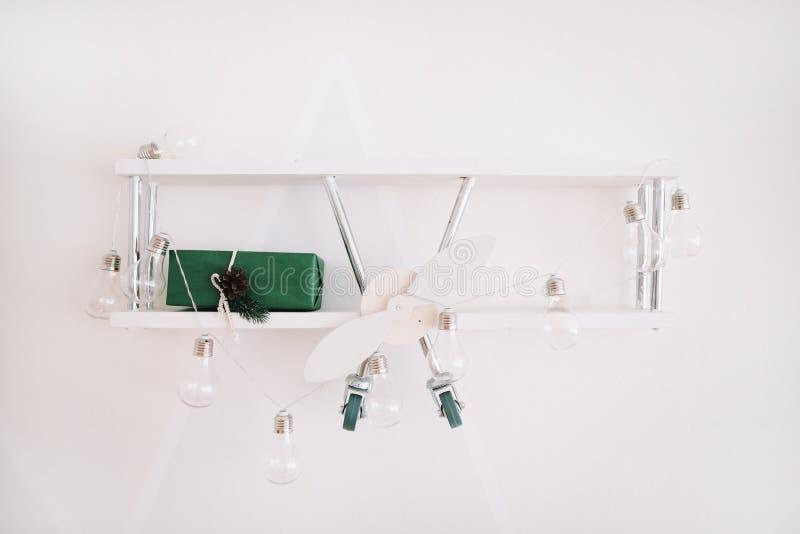 Inre detaljer av barns rum på ljus bakgrund Dekorativ trähylla med gåvor arkivbild