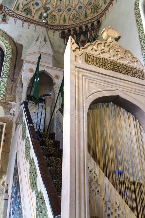 Inre detaljer av den huvudsakliga ingången av den Ali Pasha moskén i Sarajevo royaltyfria bilder