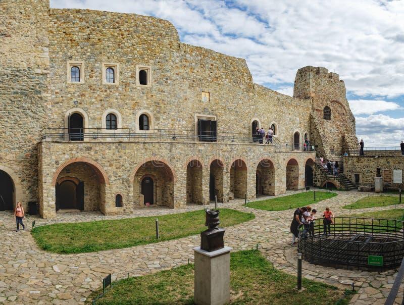 Inre domstol av den medeltida Neamt citadellen, Rumänien arkivbild