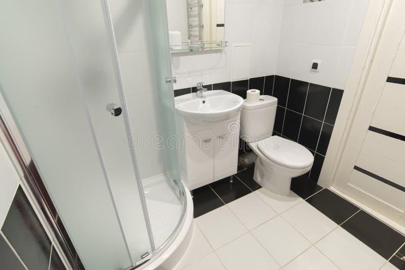 Inre duschar med toaletter är i svartvitt royaltyfri fotografi