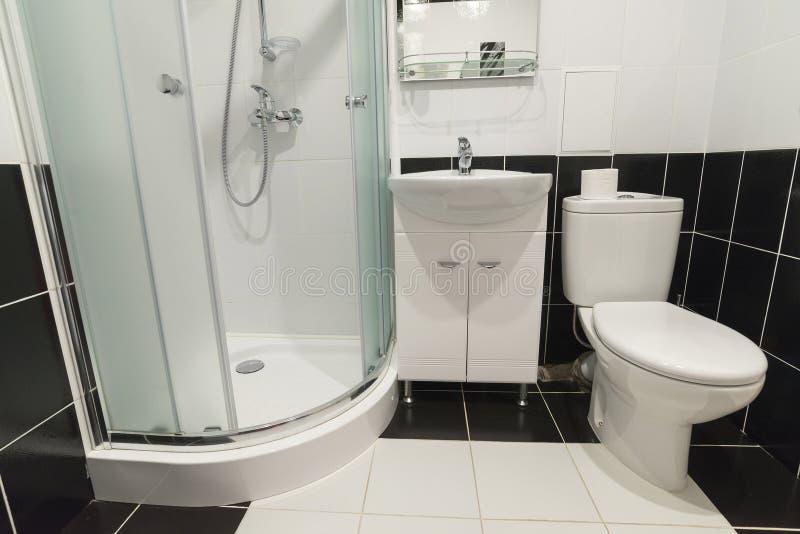Inre duschar med toaletter är i svartvitt royaltyfri foto