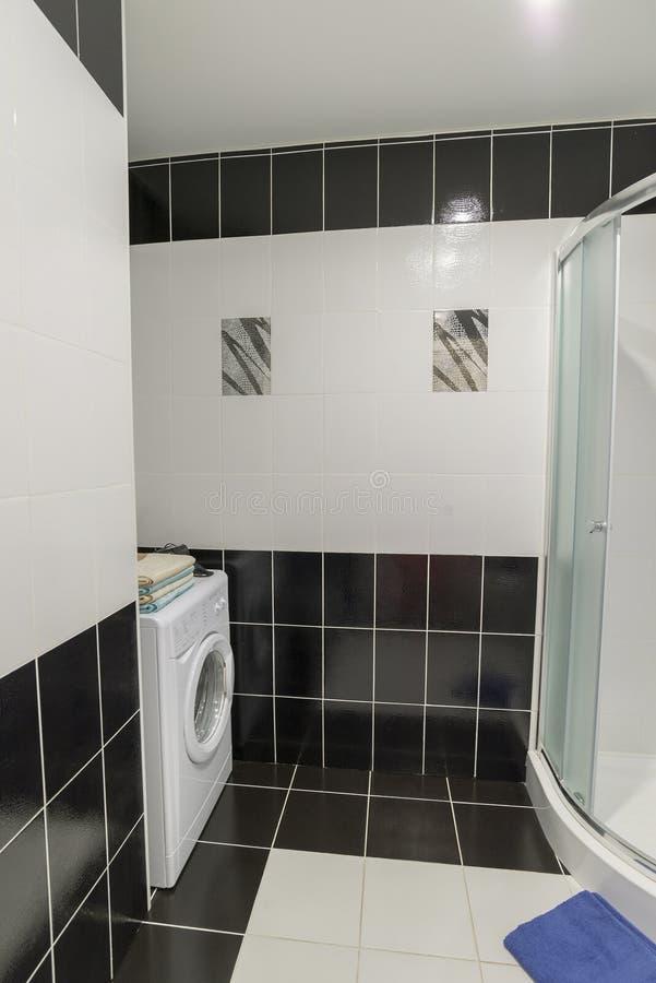Inre duschar med toaletter är i svartvitt royaltyfri bild