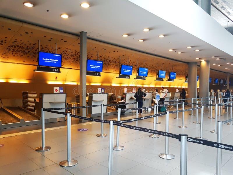 Inre eller insida av flygplatsen El Dorado i Bogota med den internationella turisten och piloten av t arkivbilder