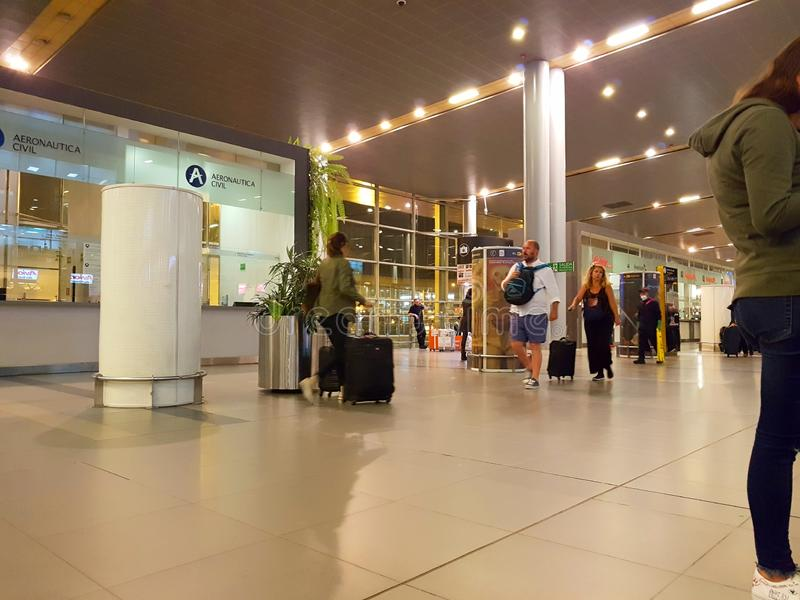 Inre eller insida av flygplatsen El Dorado i Bogota med den internationella turisten och piloten av t fotografering för bildbyråer