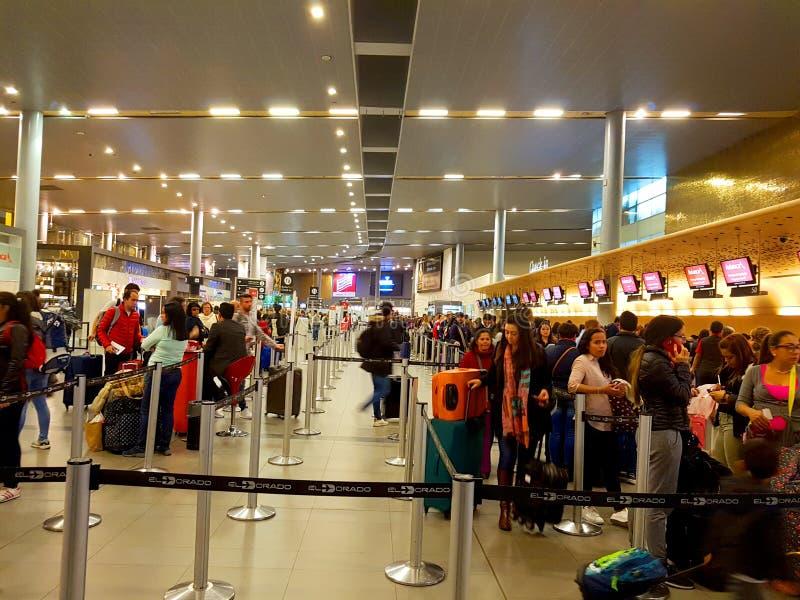 Inre eller insida av flygplatsen El Dorado i Bogota med den internationella turisten och piloten av t arkivbild