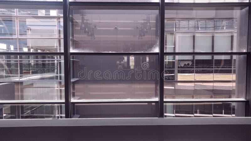 Inre fönster för symmetrisk kontorsbyggnad royaltyfri bild