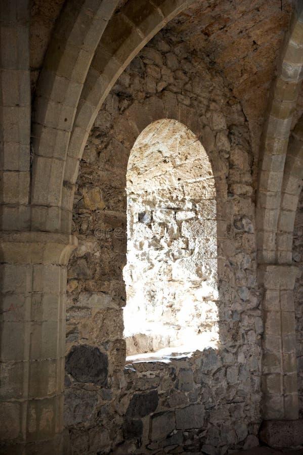 inre fönster för välvt slott arkivfoto