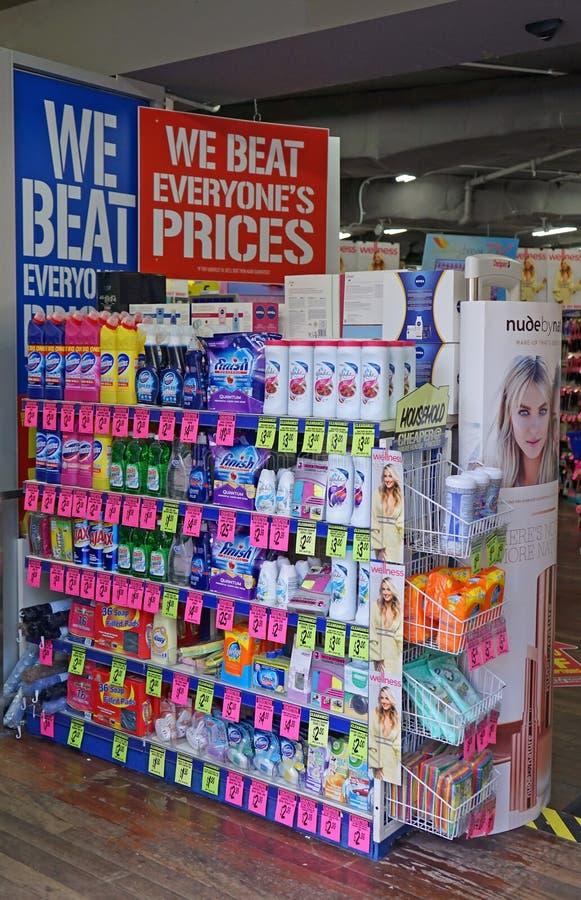 Inre för apotek för detaljhandel för den kemistWarehouse rabatten med produkten bordlägger royaltyfri fotografi