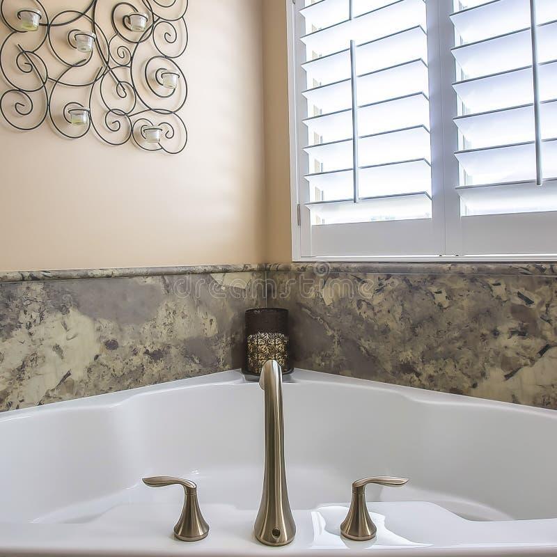 Inre för fyrkantrambadrummet med byggt i badkaret som är närgränsande till duschen, stannar och fåfänga royaltyfri foto