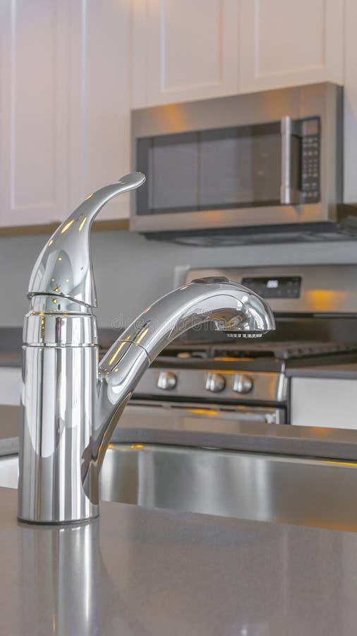 Inre för kök för panoramaram modern med vattenkranen och vask på den glansiga countertopen arkivbilder