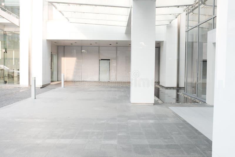 Inre för korridor för lobby för kontor för bakgrund för morgonaffärsbyggnad arkivbilder