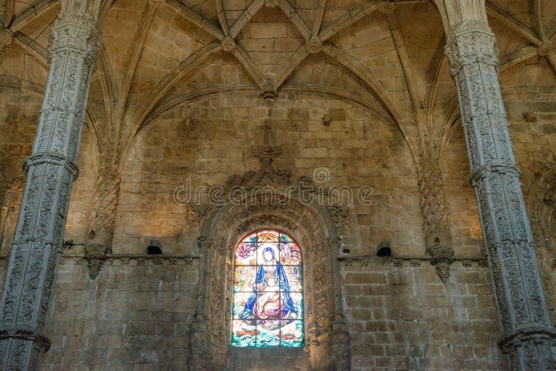 Inre för kristen kyrka med målat glassfönster arkivbilder