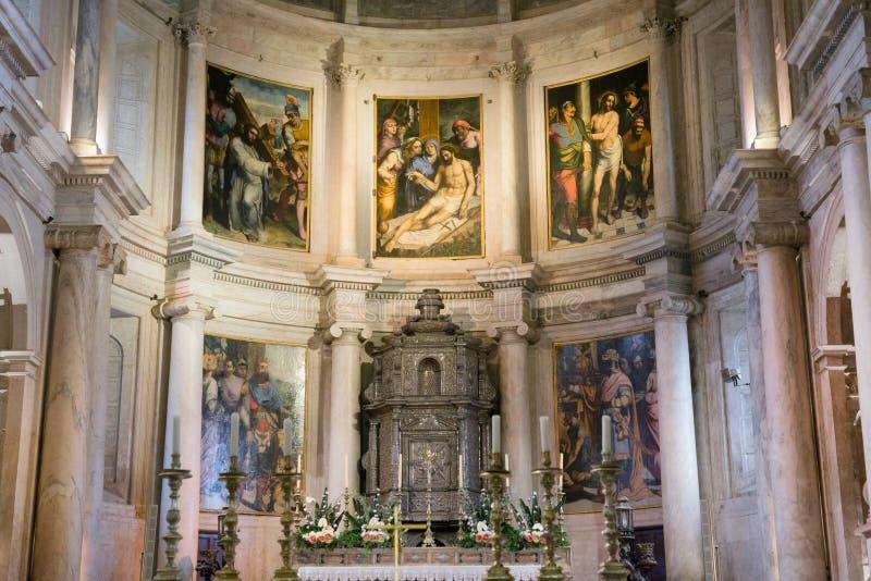 Inre för kristen kyrka med målningar royaltyfria foton