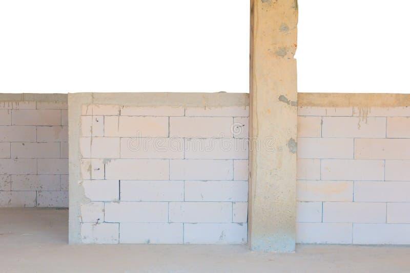 Inre för tegelstenvägg i konstruktion och garnering på byggnadsplatsen som isoleras på vit bakgrund och den snabba banan royaltyfri fotografi