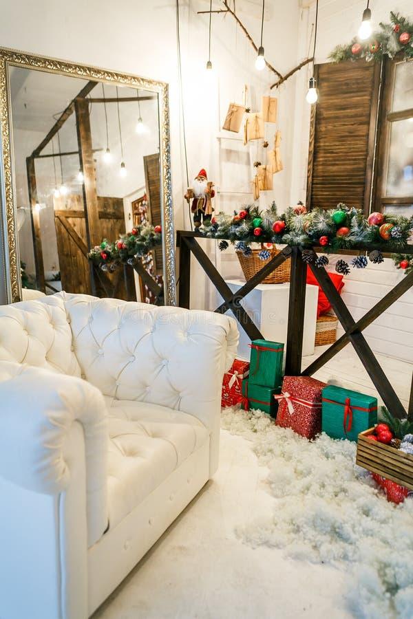 Inre f?r ` s f?r nytt ?r Julgransäng med mjuk blå baksida och dekorativa kuddar, stor golvspegel Lycklig Xmas för begrepp arkivbild