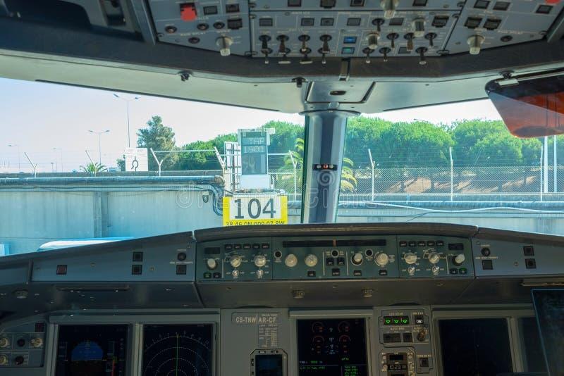 Inre flygplanpilotkabin arkivbild