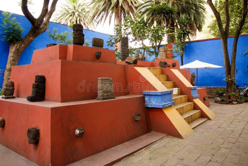 Inre gård av den blåa husLacasaen Azul var den mexicanska konstnären Frida Kahlo bodde royaltyfri fotografi