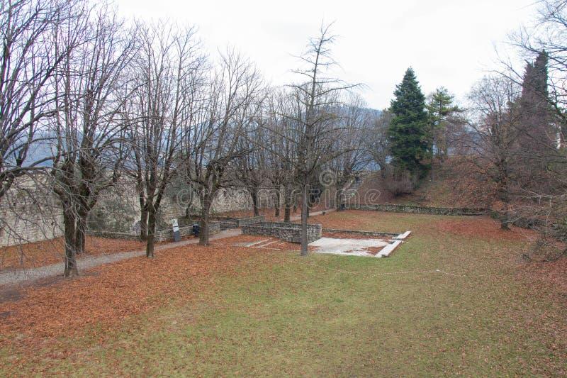 Inre gård av den Brescia slotten i vintertid, Lombardy, Italien arkivfoto