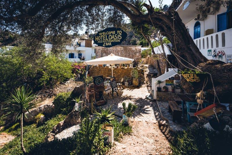 Inre gård av det traditionella grekiska hotellet på den Loutro staden på Kretaön arkivfoto