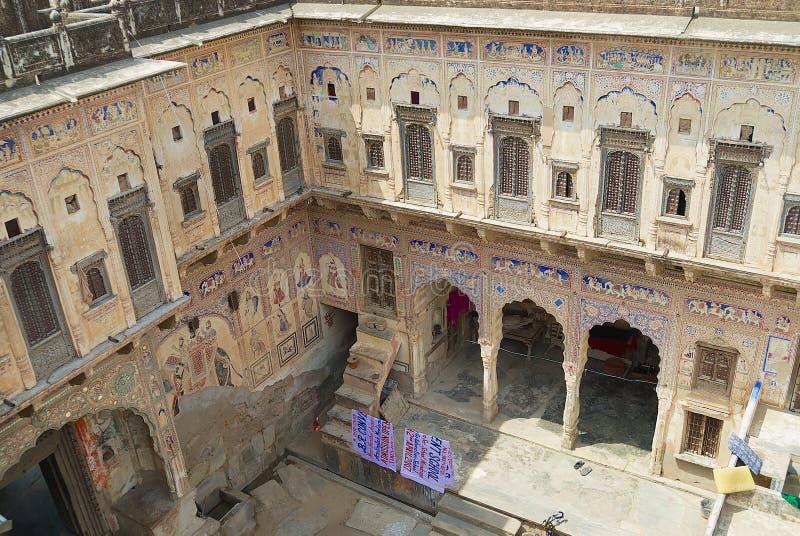 Inre gård av en historisk haveli i Mandawa, Indien royaltyfria bilder