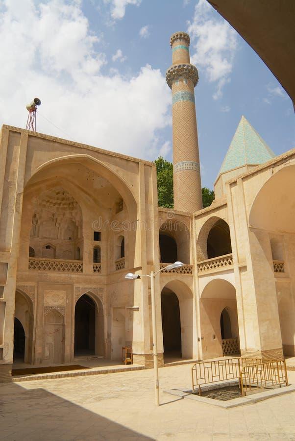 Inre g?rd och minaret av mosk?n i Natanz, Iran royaltyfri foto