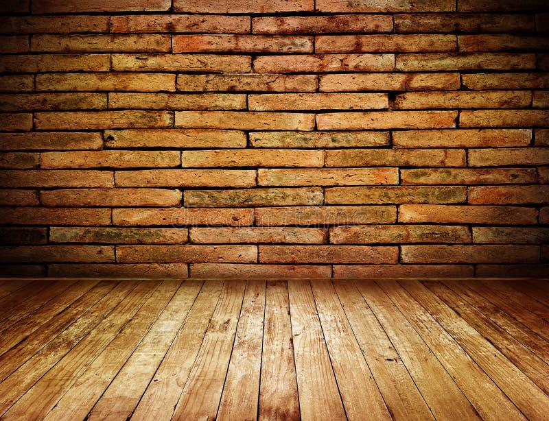 Inre grungetappning för rum med väggen för röd tegelsten och trägolvet arkivbild