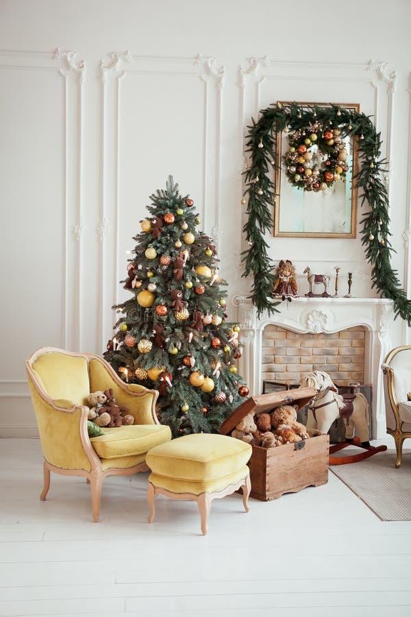 Inre härlig jul nytt år för garnering Vardagsrum med spis royaltyfri bild