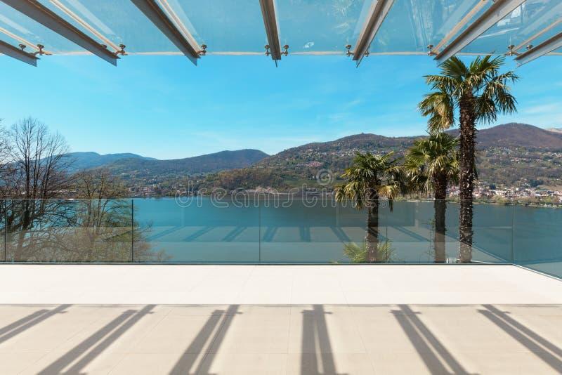 Inre härlig veranda som förbiser sjön arkivbild