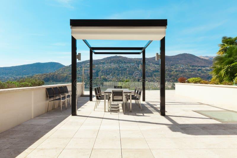Inre härlig veranda som förbiser sjön royaltyfri foto