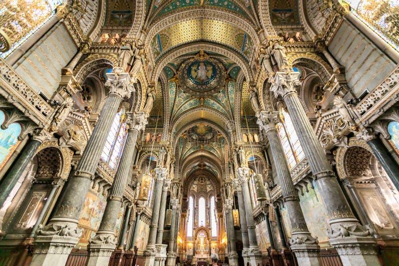 Inre i den Notre Dame de Fourviere basilikan royaltyfri foto