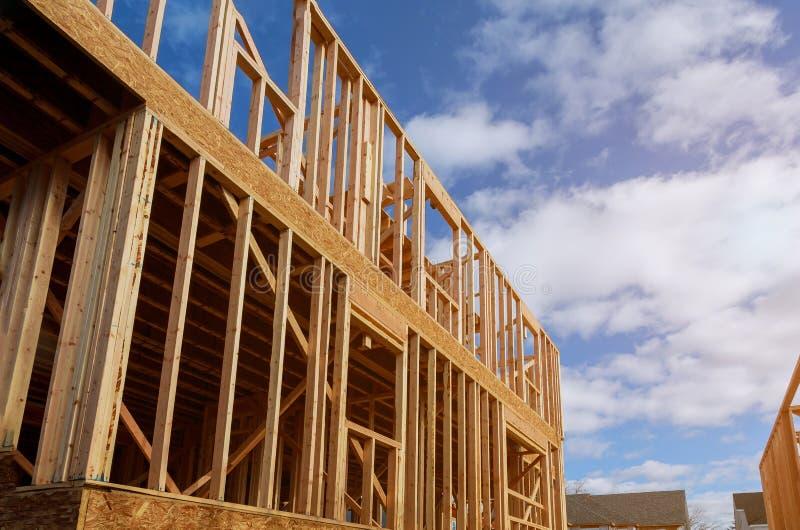 Inre inrama stråle av det nya huset under att inrama för konstruktionshem royaltyfri bild