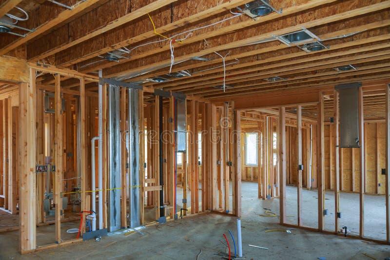 Inre inrama stråle av det nya huset under att inrama för konstruktionshem royaltyfri foto