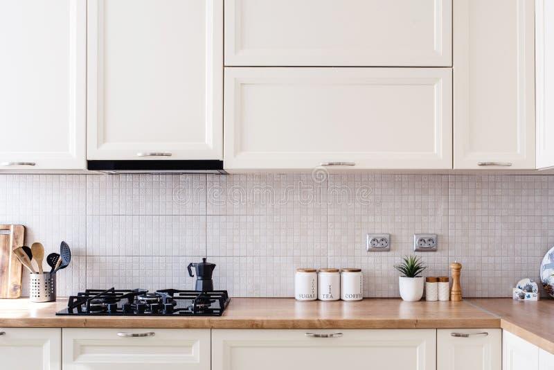 Inre kökdesigndetaljer - moderna kabinetter och trämöblemang royaltyfri bild